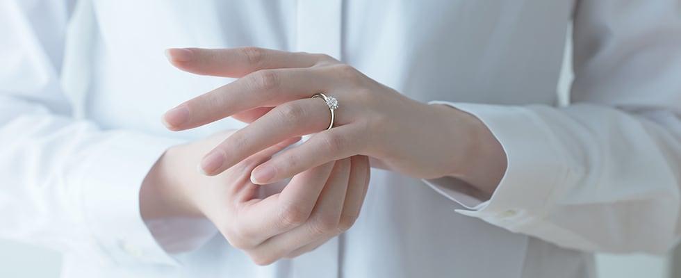 婚約指輪をつける女性の手