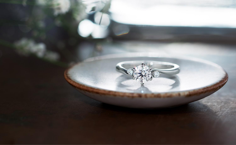 婚約指輪を豆皿に置く
