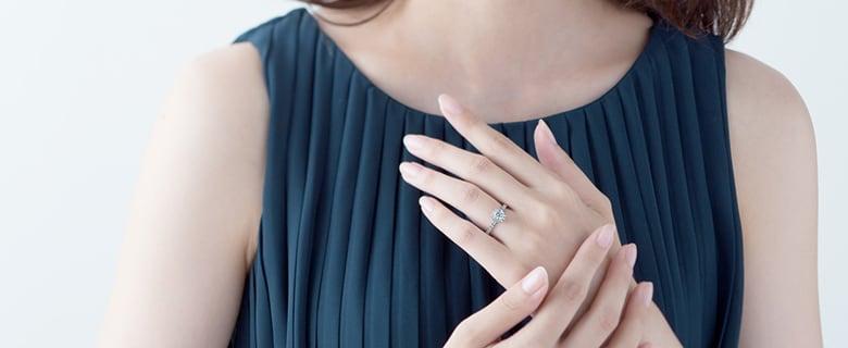 婚約指輪をつけた女性
