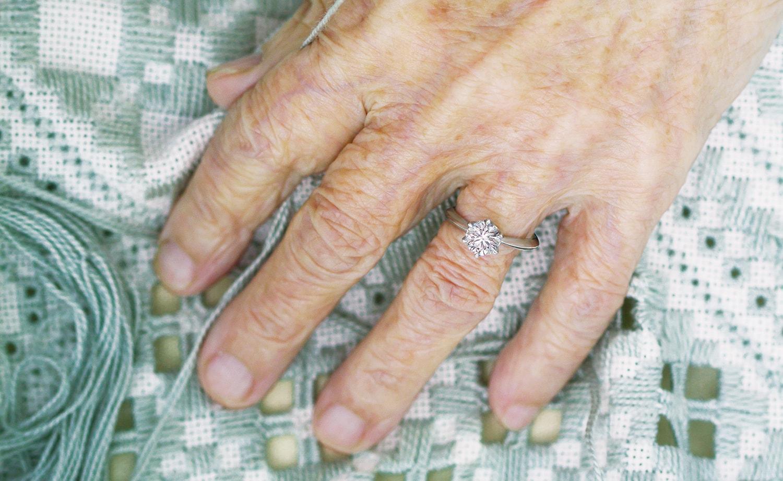 婚約指輪を着けた年配女性の手元