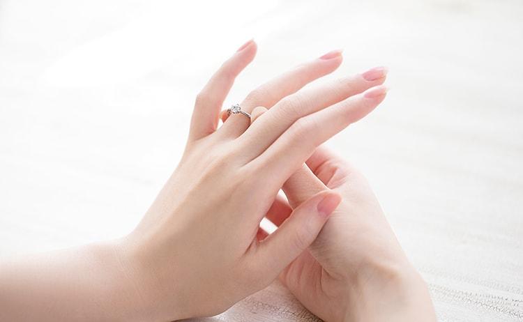 婚約指輪を着ける様子