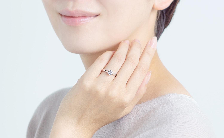 婚約指輪を着ける手元