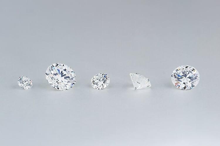 カラットの違うダイヤモンド