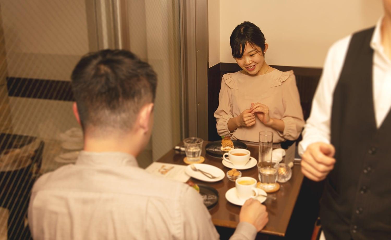 ディナーを楽しむ夫婦