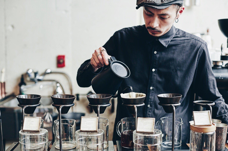 コーヒーを入れるグリッチコーヒースタッフ