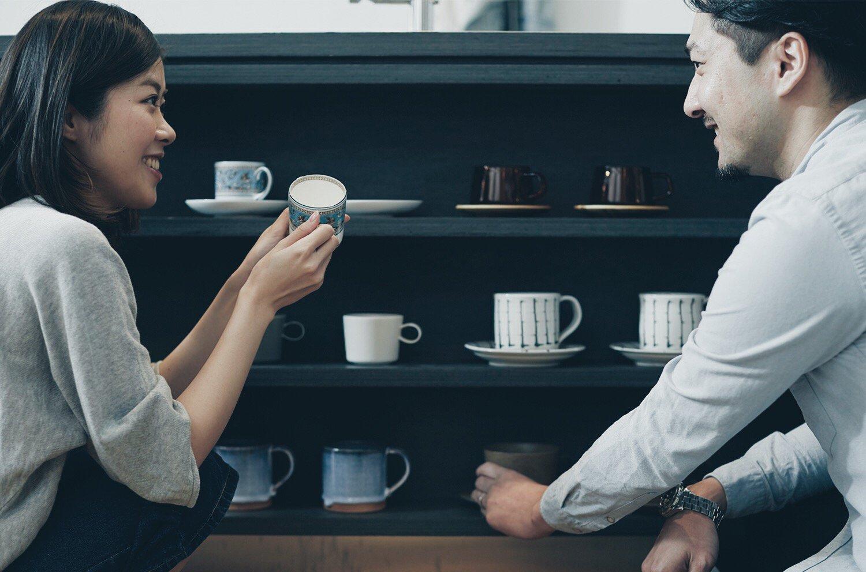 マグカップを選ぶ夫婦