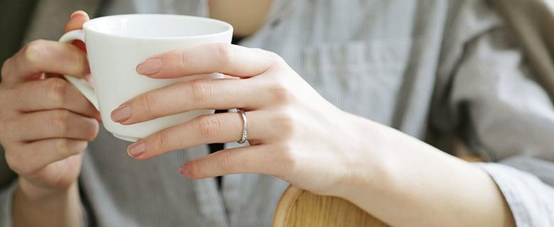 結婚指輪をつける女性