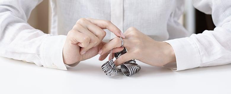 指のサイズを計測している人