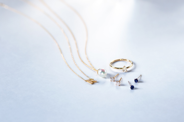 ダイヤモンドネックレス(231A-10-00948-Z)、パールネックレス(231N-10-01190-070)、サファイアピアス(522J-10-01148-Z)、ダイヤモンドリング(431A-10-00930-Z)