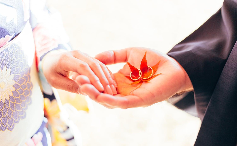 和装で結婚指輪を持つ男女
