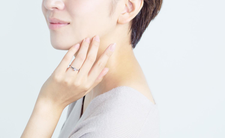 婚約指輪を装着した女性