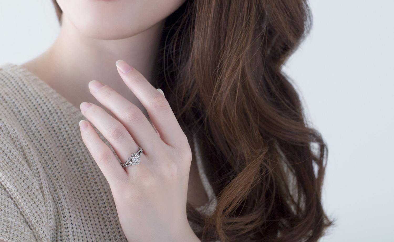婚約指輪を装着する女性