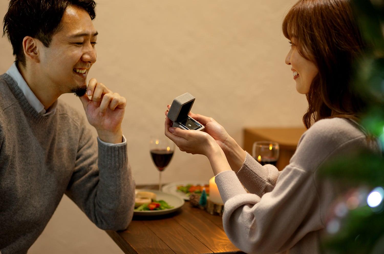 レストランでプロポーズしているイメージ