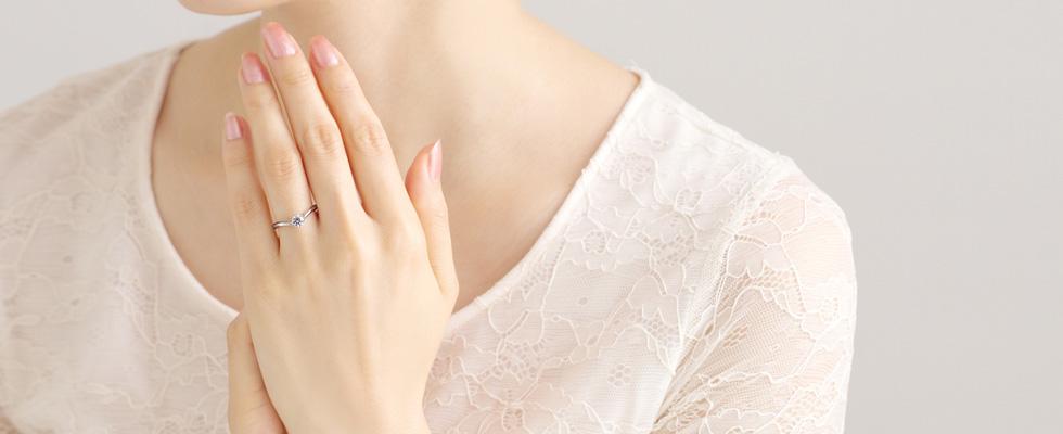婚約指輪はいつつける?画像
