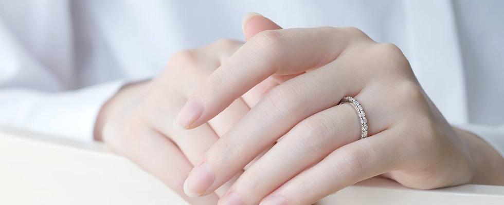 婚約指輪の試着の際は鏡でバランスチェック