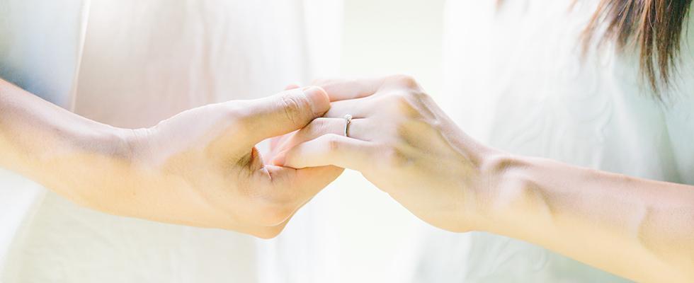 どの指に婚約指輪をつけるのが正解?画像