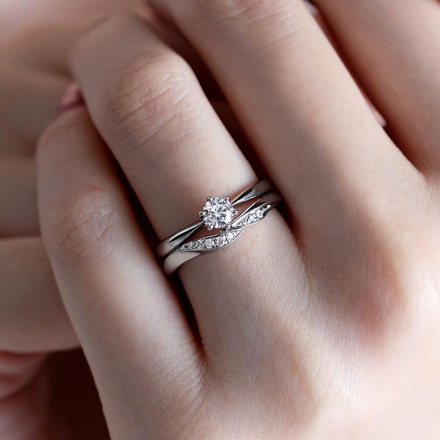 婚約指輪と結婚指輪の重ね付けコーディネート03