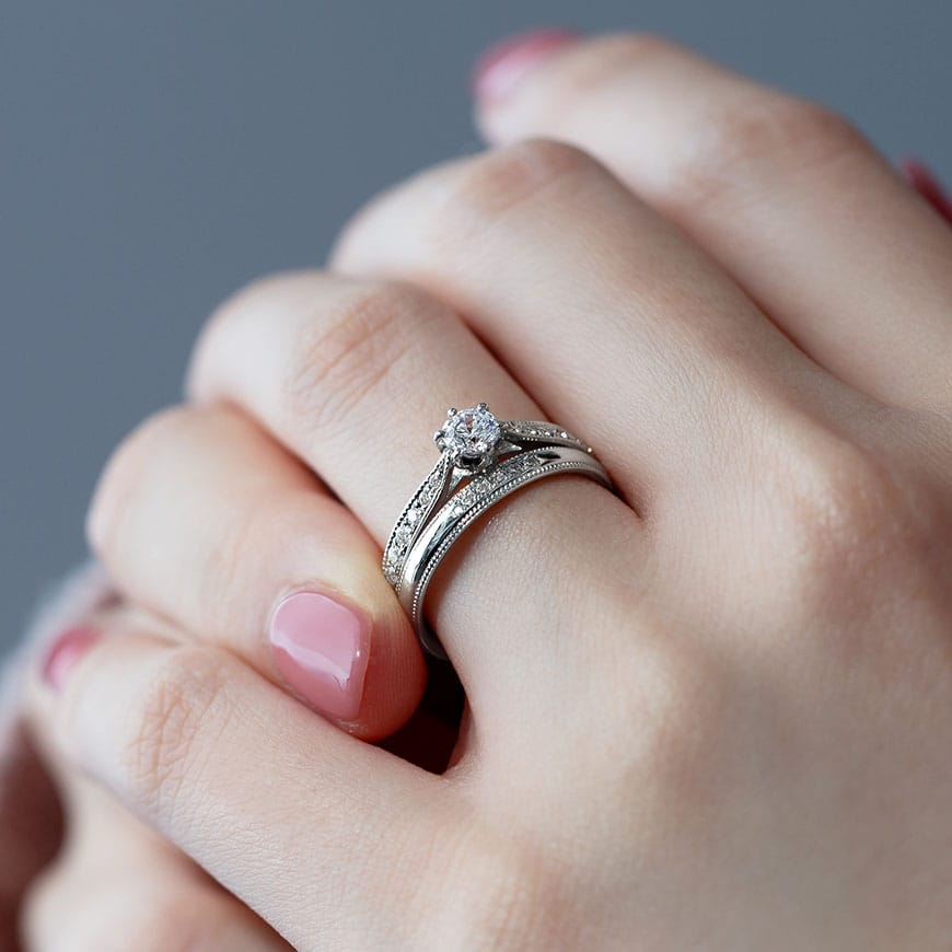 婚約指輪と結婚指輪の重ね付けコーディネート01