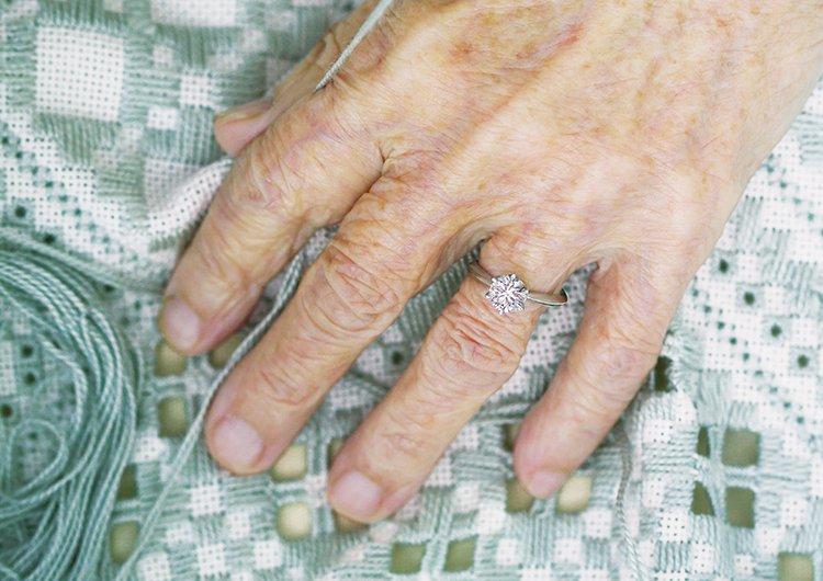婚約指輪をつけた女性の手