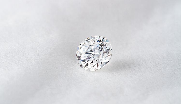 婚約指輪のダイヤモンドを選ぶ