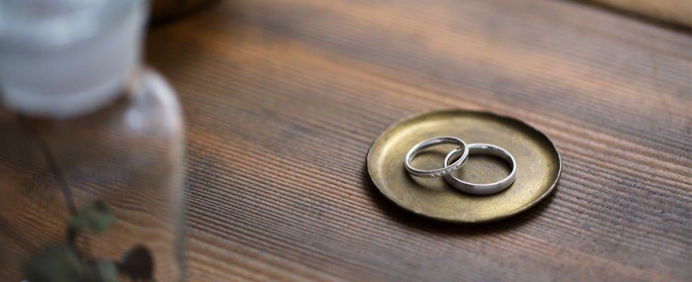 置かれた結婚指輪画像