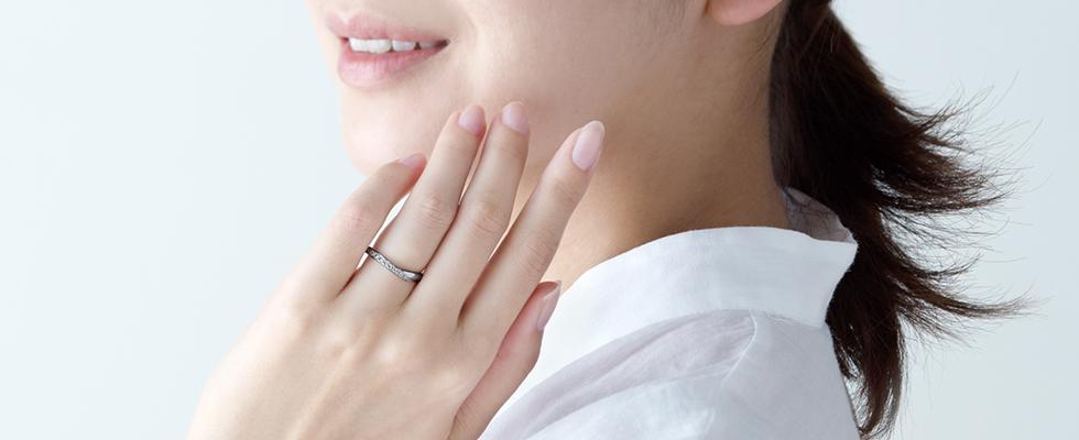 結婚指輪をつける女性画像