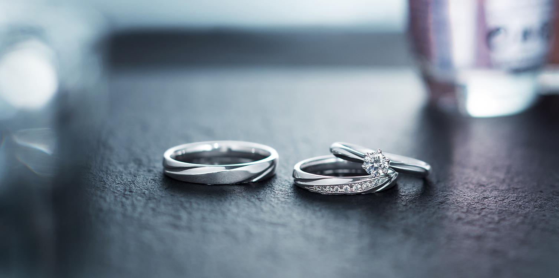 リュクスとプレーンな婚約指輪