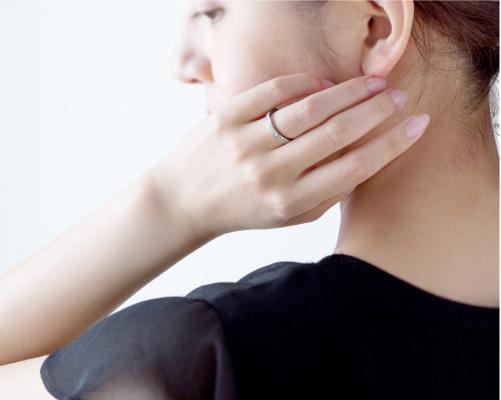 プリンセスカットダイヤモンドハーフエタニティリング結婚指輪装着画像