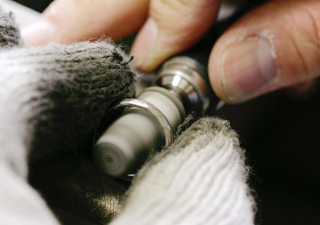 結婚指輪を磨く職人の手元