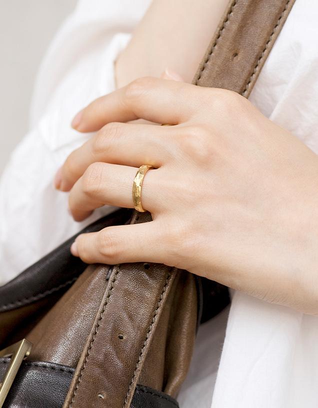 結婚指輪ヴィンテージを装着した女性の手元