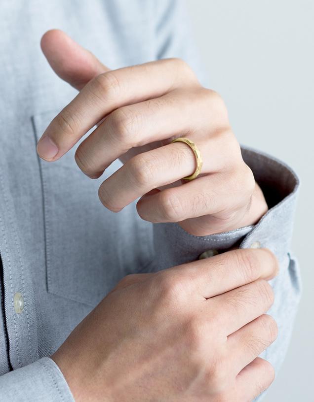結婚指輪ヴィンテージを装着した男性の手元