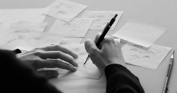 デザインを描く女性