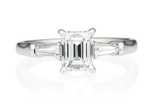 パスレル 4ポイント テーパーカット ダイヤモンド サイドストーン リング