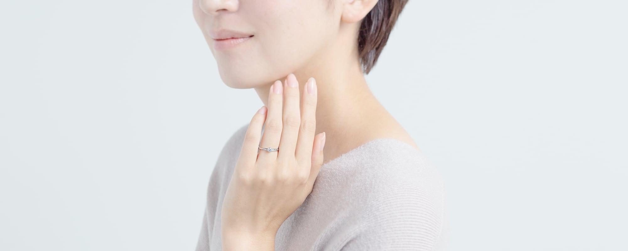 0.3ctの婚約指輪をつけている女性