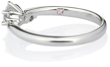 シークレットストーンを留めた婚約指輪