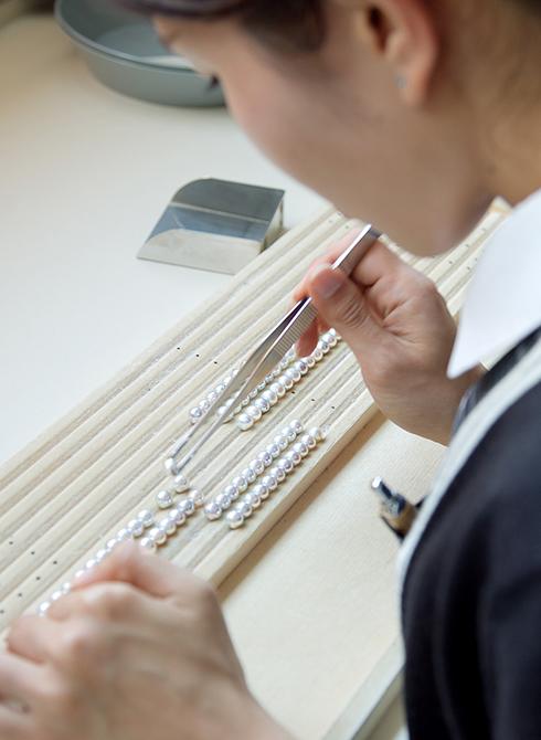 パールネックレスを作るためアコヤ真珠の連相をそろえる