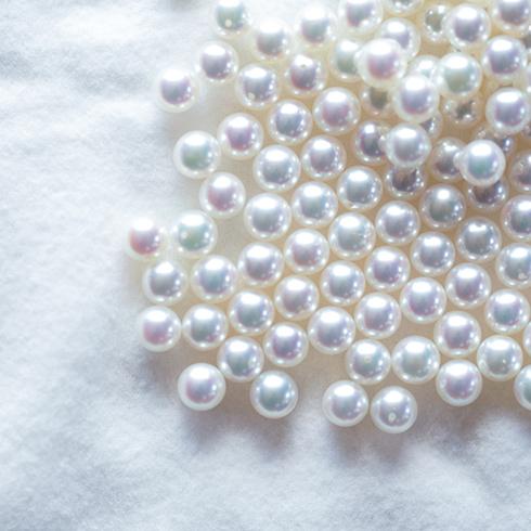 ブリリアンス+の真珠は「ブルーイッシュ・ピンキッシュ ホワイト」系の色目