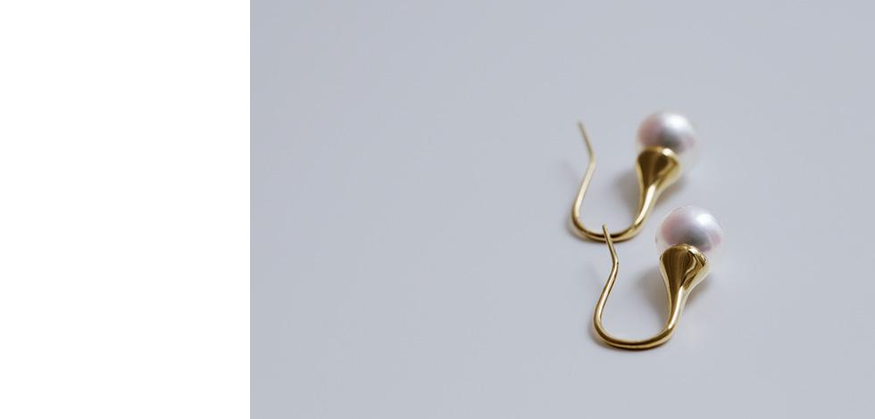イエローゴールドの地金を惜しみなく使用しているのでカジュアルながらゴージャスに耳元を飾ります。